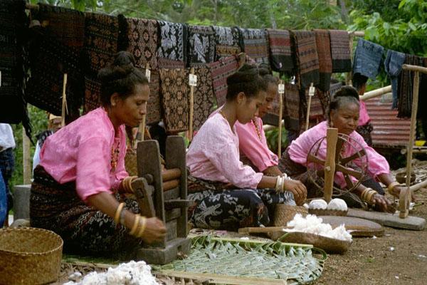 Indonesien   Insel Flores Rundreise durch Flores Maumere   Ikat Weben   Vulkan Kelimutu   Bajawa   Bena   Ruteng   Labuan Bajo und Komodos auf Rinca Island Dezember 2001