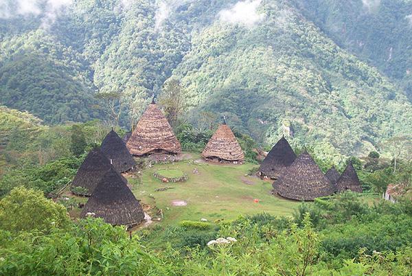 Sehenswürdigkeiten, Sehenswertes, Aktivitäten auf Flores in Indonesien. Wae Rebo, Komodo, Kelimutu, spider rice fields, Wandern, Vulkan Besteigung, Strandurlaub, Tauchen